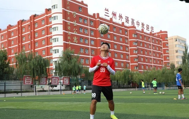 足球改变了我!19岁少年踢球进清华,学习足球两不误。