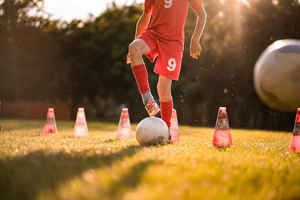 少年踢足球,足球培训
