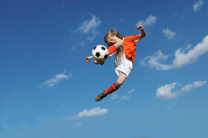 孩子踢足球