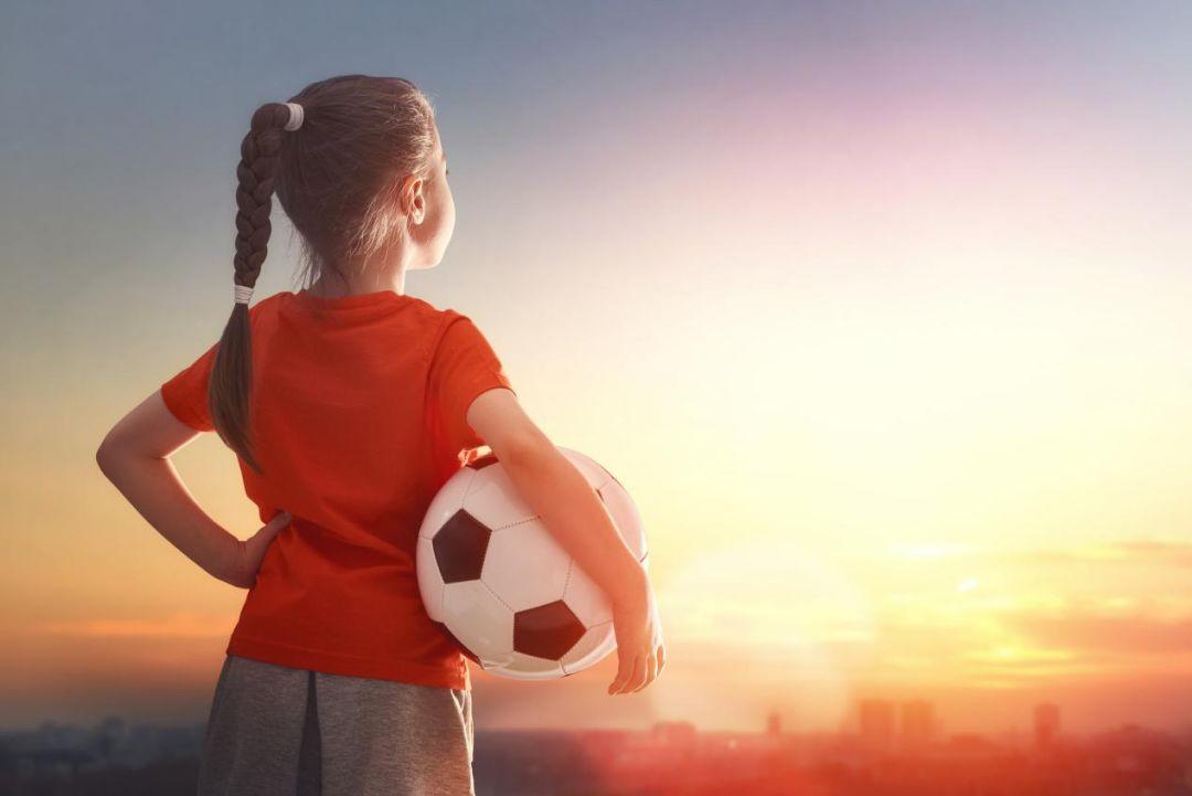 女生踢足球
